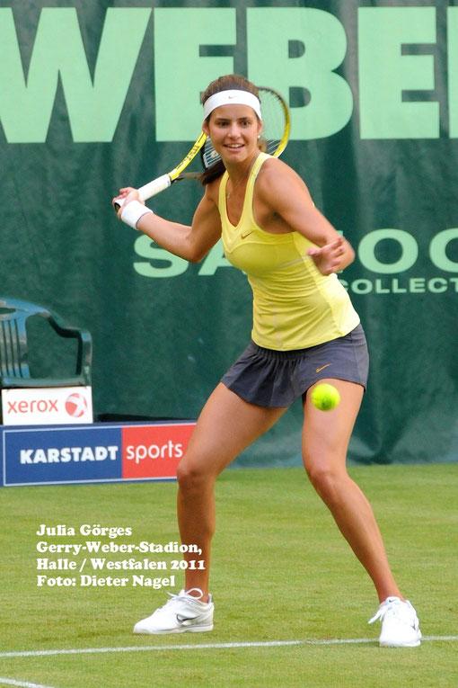 Julia Görges - 2011 - Schaukampf im Gerry-Weber-Stadion, Halle/Westf. gegen Steffi Graf