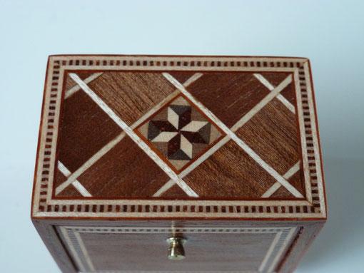 Tafelkabinet, ingelegd met diverse houtsoorten, helemaal handgemaakt