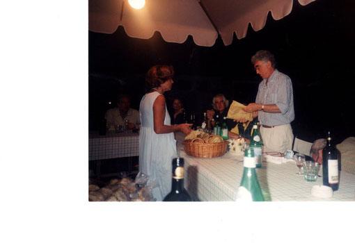 Cavarzere 2003 Marina 049 distribuzione del pane, in attesa del pesce.