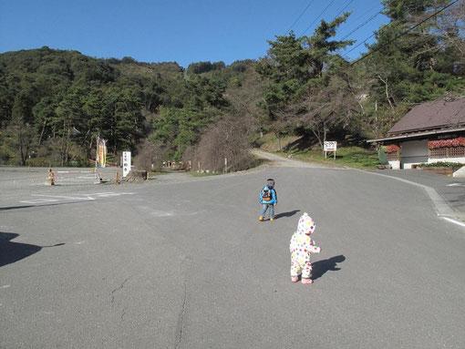 ロープウェイ山麓駅駐車場から歩き始める孫2人