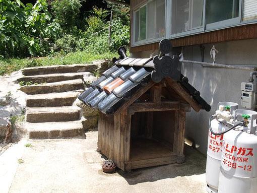 Sちゃん家の、石州瓦屋根の犬小屋(主は、ほん〇)