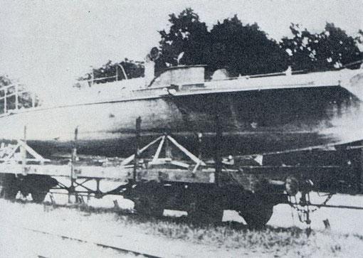 """Weltkriegs LM-Boot auf einem Reichsbahnwaggon – Bild aus Fock """"Schnellboote Bd. 1"""""""