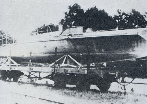 Versuchs-LM-Boot auf Eisenbahnwaggon – Foto: Archiv 7. SGschw