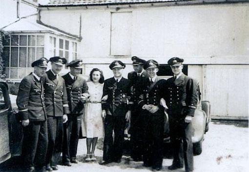 Die Offiziere 1. SFltl und Helene vor der Unterkunft in Urville - Bild: Aus dem Nachlass Kpt.z.S. Künzel