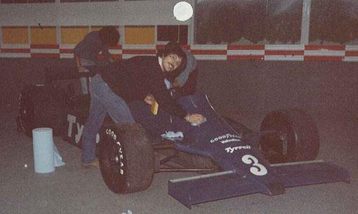 Jimi Maldonado au premier plan cache Samy Beraha et Christian Gonzalez et ils polishent la Tyrrell d'Eddie Cheever