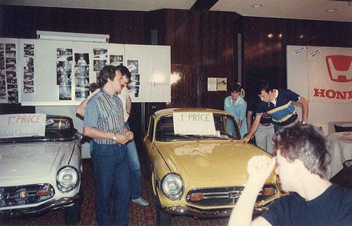 La Honda S800 jaune est gagnée par les italiens Giovanni Montiglio ( au centre ) et Angelo Magnani ( derrière Giovanni ). A droite on reconnait Corinna Gianotti et Mauro Venturi.