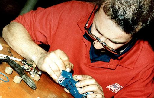 Frédéric Cardin répare la transmission  de la Ligier de Bordeaux