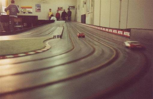 Le freinage de la ligne droite de la piste de Bron.