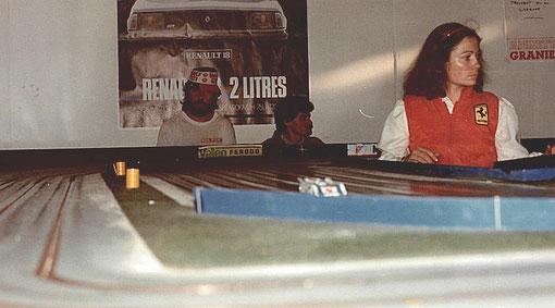 5 ième série sport. Alain Guillot et Gilbert Garcia en spectateurs. Françoise Lapeyre en marshall et la Porsche 917-30 CanAm d'Edmond Allavena au freinage