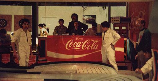 La direction de course avec Alain Brice, Michel Thoumieu (debout) Gérard Caupène et debout à droite le pilote Frédéric Cardin