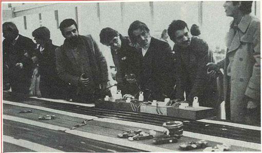 """René Arnoux entourés des journalistes de FR 3 Aquitaine Bernard Tavitan, de Patrick Plisson dit """"la Fraise"""" pilote moto en 125 cc et 50 cc ( 3 ième du monde en 1979 ), d'AutoLoisir Michel Ferreira et d'AutoHebdo Eric Bhat."""