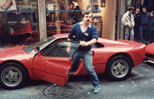 Christophe Peix sort de voiture, mais ce n'est pas sa Ferrari