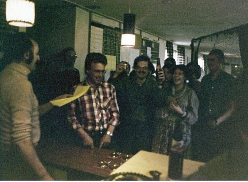 Slot racing 1978 Grand Prix de Suisse. Üwe Bock avec la feuille, Axel Pommeranz avec la bière