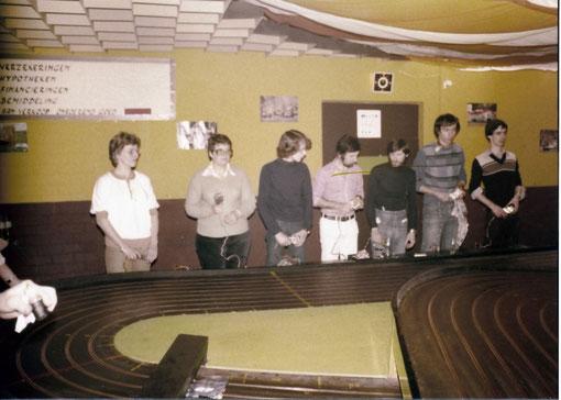 Slot racing Uden 1978 - Marie-Odile Michel 2 à gauche Eddie McDonald 4 Gil Michel 5 à gauche Didier Moret 6 à gauche ( photo Gil Michel )