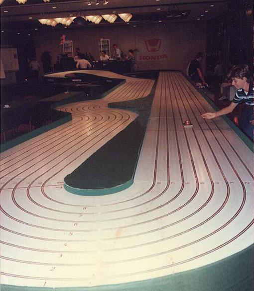 La piste de slot racing de Charleroi au  Crest Hotel d' Anvers. Maurizio Niccolaï ramasse une t'auto. Il est possible de désloter dans la ligne droite.