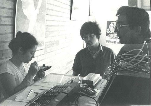 CONTROLE TECHNIQUE !  Françoise Lapeyre, Directeur de course, sous les regards d'Emmanuel Hess et Christophe Patys.