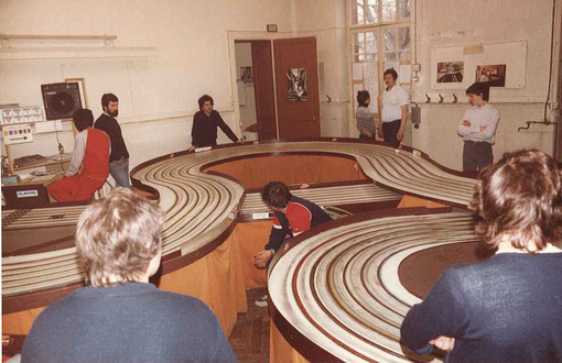 La piste six voies du Slot racing Club du Mans en 1984.