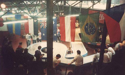 Vue d'en haut de la Blue King en série 1/24. Martin Gramann sur son fauteuil entre les drapeaux Australien et Autichien