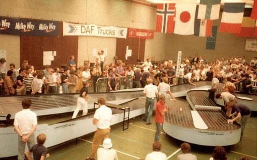 Intersegment lors de la finale des Worlds slot racing d'Uden 1982. Les équipiers-mécaniciens sont autour de la piste.