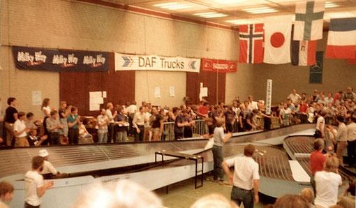 Applaudissements à l'arrivée de la finale des worlds 1982 slot racing à Uden.
