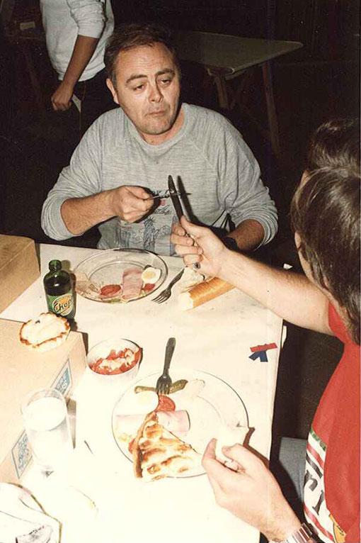 Christian Rouault, le président du slot racing club de Rouen joue du couteau face à Christophe Peix qui protège son repas.