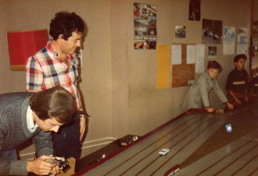 Championnat de France à Bron 1979. Pilote qui enduit ses pneux de trac-fluid ( du moo en franglais ). Pierre Straumann en chemisette à carreaux .