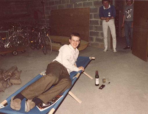 Philippe Grenet et William Inghelbrecht ( à droite ) réveillent Olivier Demoget pour son relais nocturne des 24 heures de Rouen 1986 ( je ne suis pas innocent avec le flash dans ses yeux )