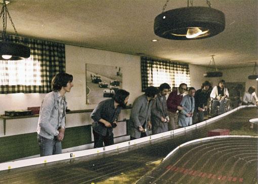 Slot racing 1978 Grand Prix de Suisse. Jean-Pierre Sutter en rouge 5, Martin Gramann 8