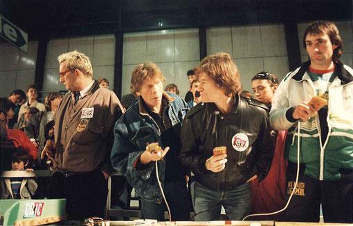 """Le scénariste Alain Scoff ( 2 ième a gauche ) et l'équipe de l'émission télé """"Cocoricoco boy"""", et le champion du monde moto 250 cc 1982 Jean-Louis Tournadre."""