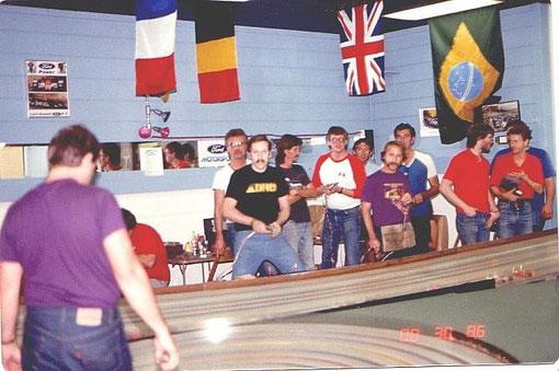 1986 Nats Slot racing Detroit. Stuart Koford ( en noir ) Csaba Szekelyhidi ( en violet )