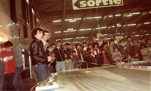 Raymond Roche  et  Jacques  Luc ( qui cache Phil Berté ) se tirent la bourre sur le circuit de slot racing.    A gauche de dos Jacky Verat et Serge Lambert
