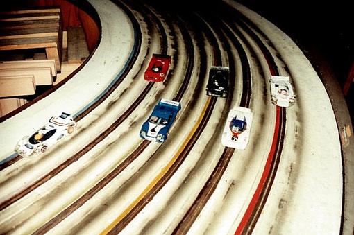 Les six voitures à l'arrivée des 24 h du Mans 1985