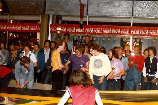 Joël Montague ( en pourpre ) aux Wolds 1978 de Göteborg avec Lars Blomqvist 4 ième ( en jaune ) Thomas Hansson 3ième ( en blanc )  A gauche, Bruce Adamson ( chemise blanche ) derrière John Strachan.( photo Niels Elmholt Christensen . odenseminiracing.dk)