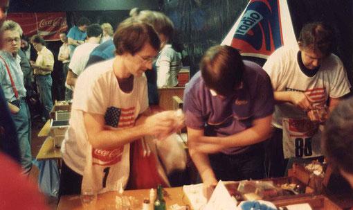 Jon Laster, à gauche, Garry Gerding au centre en tee-shirt CAMEN et le champion P.A. Watson, à droite.