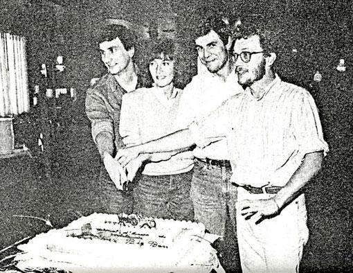 Paolo Roversi, Corinna et Franco Gianotti et Enrico Carrara coupent le gâteau