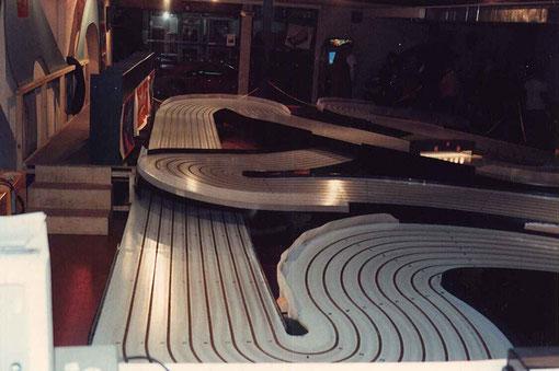 La piste M.T.T. avec les postes de pilotage.