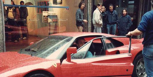 Frédéric Cardin est au volant, mais Jean-Pierre Van Rossem ( hors cadre à droite) se fache. Michel Thoumieu est derrière l'auto et Raymond Van Campenhout derrière la vitre.