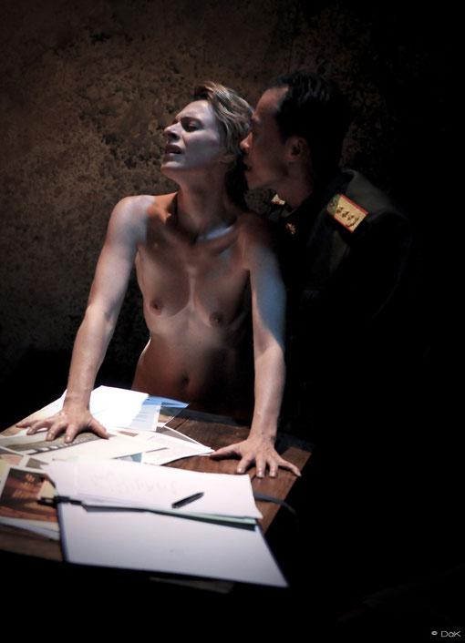 """Véronique PICCIOTTO et Anatole THIBAULT dans """"à nu"""" Mise en scène et Adaptation MARC SAEZ"""