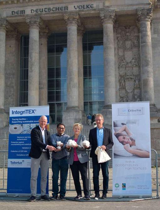 (from left to right: Alex Deitermann (CEO Tailorlux GmbH), Arun Ambatipudi (President Chetna Organics), Renate Künast (MdB) and Ralf Hellmann (Managing Director Dibella Group) seal the endorsement for the innovative project for marking organic cotton.