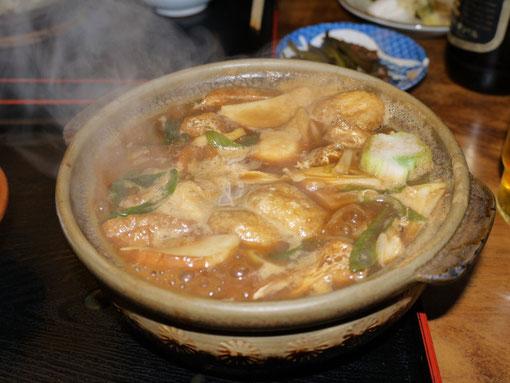 これが「かどまる」の味噌煮込みうどんです。鶏肉、卵が入った梅ですが、本日はエビ天がなく残念でしたが、 これで900円だったでしょうか。ネギやあげもたくさん入っていますし、かまぼこや干し椎茸も入っています。