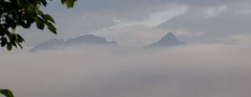遠くの雲の間に霞んだ穂高連峰(槍ヶ岳は間違い、SEさんの指摘で訂正)が見えます。