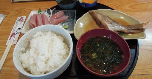 南伊勢町にある丸魚という食堂の煮魚定食です。大松屋の天丼にしようかと思ったんですが、胸焼けがしそうで・・・。