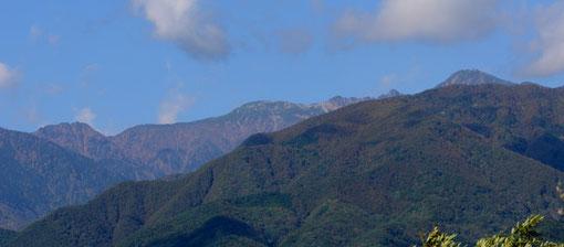 撮影地から西を眺めると中央アルプスがそびえています D7000+85mm(上下トリミング)