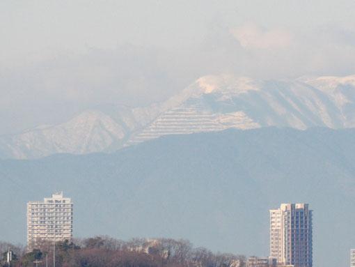 階段状に削られた三角形が痛々しいですね。藤原岳には雲がかかっています。G-1+LUMIX G VARIO45-200mm