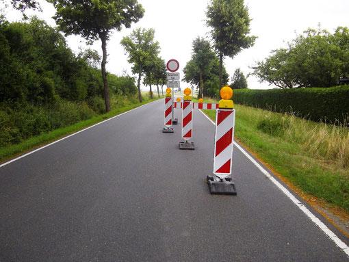 Das Foto zeigt die ersten provosorischen Grenzsperranlagen am Ortsausgang Klein-Gallien in Richtung Vardeilsen