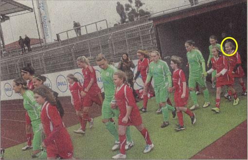 Tessa Stahnke (Kreis) vom SV Amelsen lief  gemeinsam mit Nationalspielerin CONNY POHLERS vom VfL Wolfsburg aufs Spielfeld