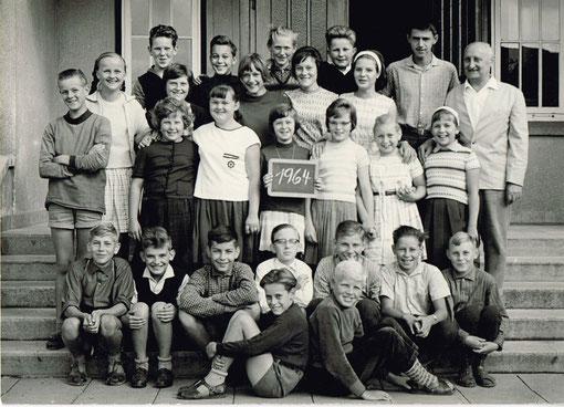 Klassen mit Lehrer der Grunschule Amelsen
