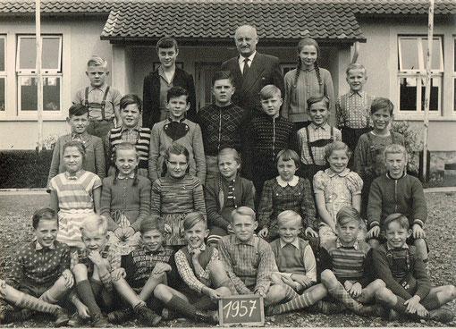 Klassen mit Lehrer der Grundschule Amelsen