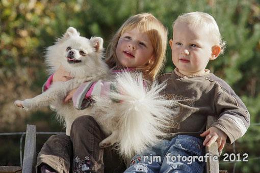 """Spitze sind absolut liebenswerte Familienhunde, auf dem Foto, unsere Hündin """"Xenja"""" mit meinen Kindern."""