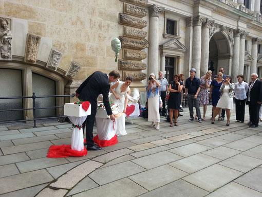 Das Brautpaar öffnet den Taubenkorb